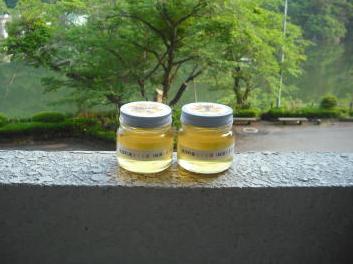 ダム湖で採れたさくらハチミツ